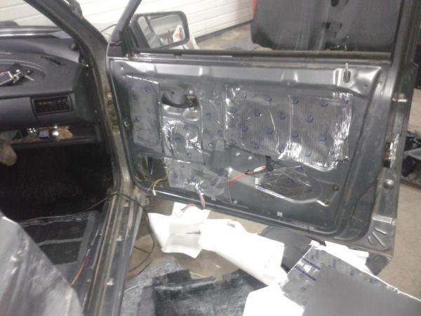 Фото проклеенной шумкой двери на ВАЗ 2114