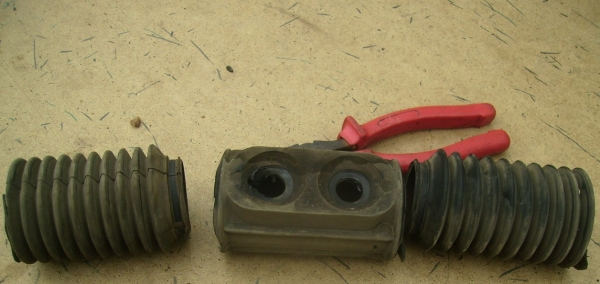 Порванный пыльник рулевой рейки