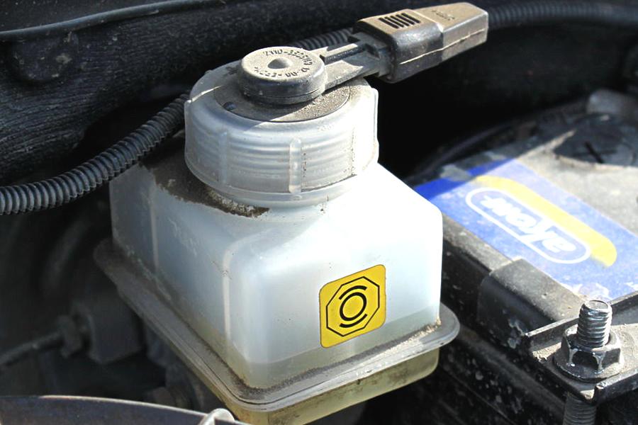 Фото №4 - замена бачка тормозной жидкости ВАЗ 2110